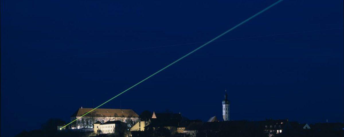 Der grüne Laserstrahl über Dachau zum 1200-Stadtjubiläurm.